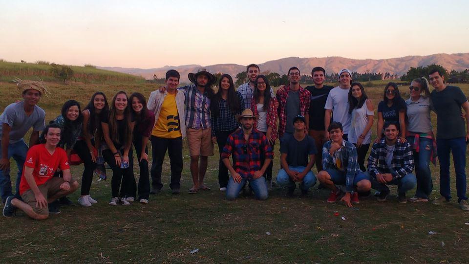 Grupo completo dos jovens voluntários da festa