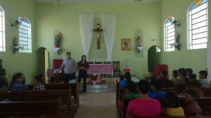 Lígia e Juan fazendo a oração com as crianças